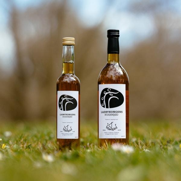 To flasker af Ladbykongens Kvanmjød fra Mjødgård, dansk mjød i særklasse
